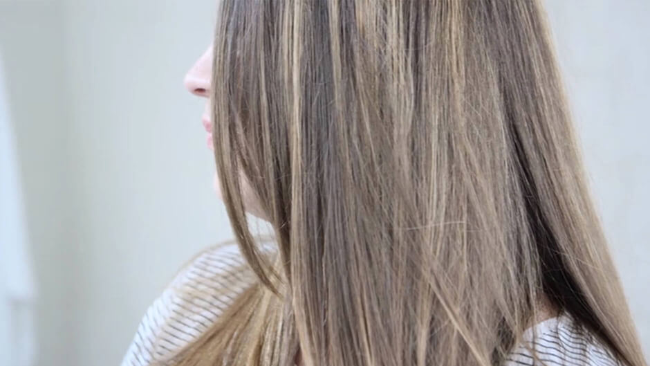 A step-by-step video for highlighting hair at home